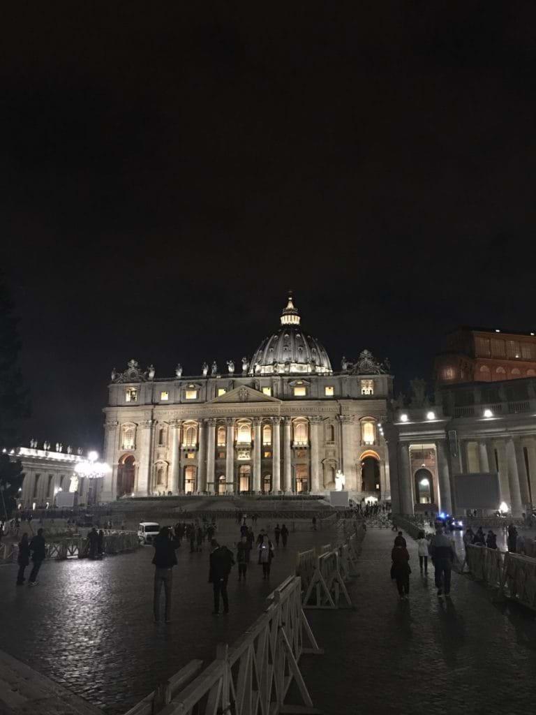 Peterskyrkan i Rom på natten